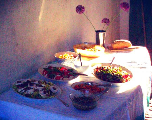 Buffet med salater og lækkert brød